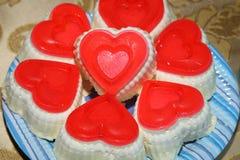 以心脏的形式华伦泰杯形蛋糕 库存图片