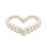 以心脏的形式发光的现实珍珠项链在白色背景 库存图片