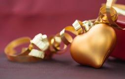 以心脏的形式圣诞节装饰与金黄丝带 免版税图库摄影