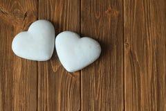 以心脏的形式姜饼干在一张棕色木桌上 免版税库存图片