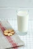 以心脏的形式曲奇饼用牛奶 免版税图库摄影