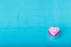 以心脏的形式桃红色蜡烛 免版税库存图片