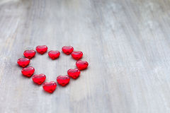以心脏的形式橘子果酱被计划以在木板的一个夸大的心的形式 免版税库存照片