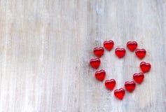 以心脏的形式橘子果酱被计划以在木板的一个夸大的心的形式 库存照片