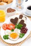 以心脏的形式煎蛋为早餐情人节 免版税库存照片