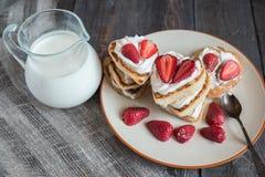 以心脏的形式薄煎饼用草莓 库存图片