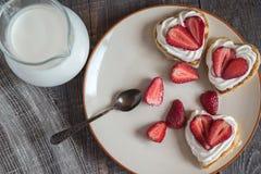 以心脏的形式薄煎饼用草莓 库存照片