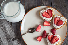 以心脏的形式薄煎饼用草莓 免版税库存照片