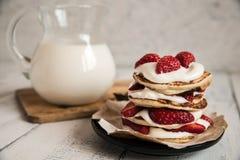 以心脏的形式薄煎饼用草莓 免版税图库摄影