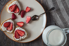 以心脏的形式薄煎饼用草莓 免版税库存图片