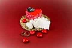 以心脏的形式蛋糕与两个圆环 免版税库存照片
