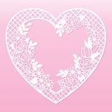 以心脏的形式透雕细工花卉框架 激光切口模板 库存照片