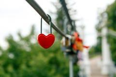 以心脏的形式闭合的红色挂锁 库存图片