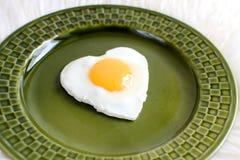 以心脏的形式鲜美煎蛋 免版税库存照片