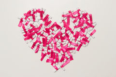 以心脏的形式 在白色卷轴式记录纸写的梦想,作乐观概念 笔记愿望 平的位置 库存图片