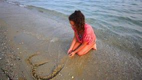 画心脏的海滩的女孩删除由海 影视素材