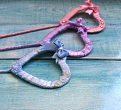 心脏的缎丝带多彩多姿手工制造 库存图片