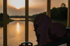 心脏的背景的日落河 免版税库存照片