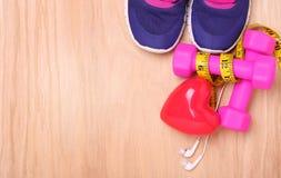 心脏的运动器材 运动鞋,哑铃,测量的磁带 免版税库存图片