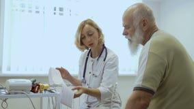 心脏科医师心电图学的展示结果对老患者的 影视素材