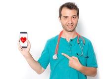 心脏科医师医生和心脏病心脏标志在巧妙的电话 免版税库存图片
