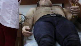 心脏科医师医生患者为心电图做准备撤除  影视素材