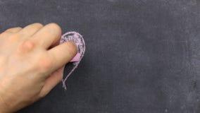 心脏绘与桃红色白垩,在黑暗的背景,黑板 男孩画重点 可用的看板卡日文件华伦泰向量 股票视频