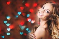 心脏背景的浪漫女孩  免版税库存图片