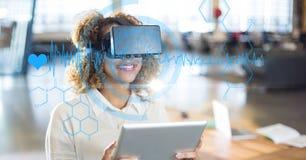 心脏脉冲和各种各样的象的数字式综合图象与使用VR玻璃和片剂com的妇女 图库摄影