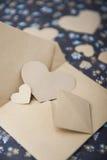 心脏蓝色花卉背景,信封,情书,华伦泰` s坦白 免版税库存照片