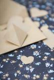 心脏蓝色花卉背景,信封,情书,华伦泰` s坦白 库存图片