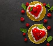 心脏蛋糕用华伦泰的莓点心 图库摄影