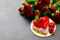 心脏蛋糕用华伦泰的莓点心 免版税库存图片