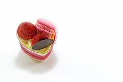 心脏蛋糕草莓和macaron 免版税库存照片