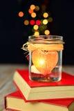 心脏蜡烛和书,梦想,爱 库存照片
