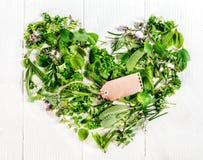 心脏被形成新鲜的烹饪草本 图库摄影