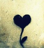 心脏被摆正的绘画与在墙壁上的植物结合了 库存图片