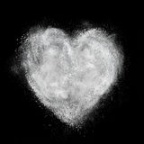 心脏被隔绝的由白色粉末爆炸制成在黑色 图库摄影