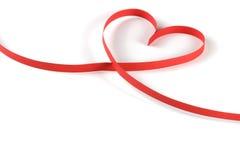 心脏被隔绝的由红色纸丝带制成在白色背景 免版税库存图片