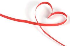 心脏被隔绝的由红色纸丝带制成在白色背景 库存照片