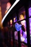 心脏锁桥梁在晚上 免版税库存图片