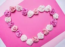 心脏,在蓝色背景顶视图关闭的被排行的纸玫瑰情人节顶视图关闭的装饰  免版税图库摄影