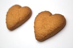 以心脏-爱的标志的形式两个曲奇饼 免版税库存照片