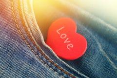 心脏-爱窥视的标志在牛仔裤长裤外面的口袋的 天的概念恋人 日重点言情s st华伦泰 库存图片