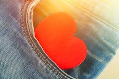 心脏-爱窥视的标志在牛仔裤长裤外面的口袋的 天的概念恋人 日重点言情s st华伦泰 免版税库存图片