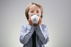 贪心银行的男孩 免版税库存照片