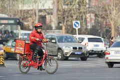 必胜客在路的食物交付,北京,中国 免版税库存照片