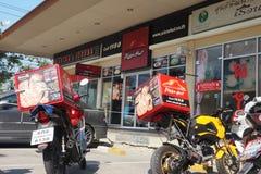 必胜客2交付商店的摩托车前面 库存照片