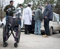 志愿者传递人道主义援助 库存图片
