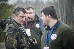 志愿者决定如何搬到在途中的一座损坏的桥梁北顿涅茨克 免版税库存照片